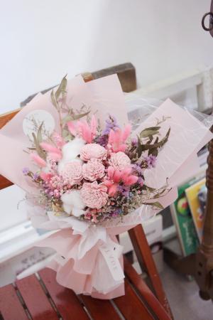 讓人滿眼愛心的球型棉花乾燥求婚花束